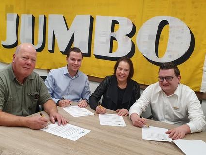 Tekenen van het contract  van links naar rechts; Hans Wierema, Menno Nefs, Annie Dirks, Jeffrey Pagie