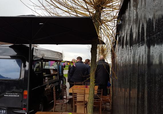 De sfeer zat er meteen in onder de toekomstig bewoners van de Ouvertureweg tijdens kleurrijke borrel op de bouw! Eerst bezochten de kopers hun toekomstige woning waarna ze gezamenlijk een toost uitbrachten.