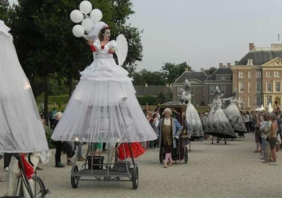 De Parade van de Zomerkoning in de tuinen van Paleis het Loo met voorstellingen, kleurrijke theateracts, hilarische sketches en acrobatische acts. Een bellentuin, de grappige ganzenparade en nog veel meer. Fantastische dagen met het team van Marc!