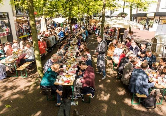 Het streekontbijt Oss was één van de activiteiten van de Publieksdag van de Stadslandbouw wat we in opdracht van de Gemeente Oss organiseerden. Aan de ontbijttafels serveren verschillende Osse horecaondernemers aan ruim 250 mensen ontbijtjes, bereid door lokale horeca ondernemers met producten direct van het land.